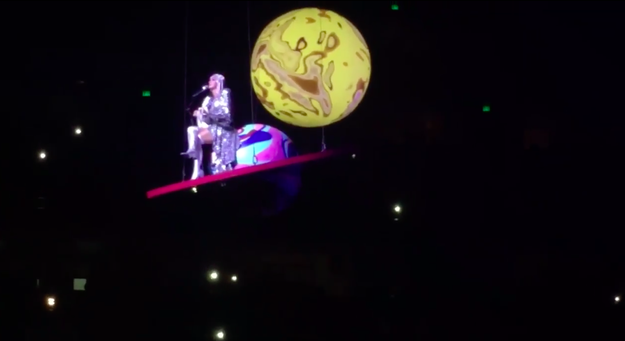 Katy Perry was performing in Nashville as part of her Witness tour last Wednesday, when she had a minor ~technical difficulty~ that left her suspended in mid-air over the audience.
