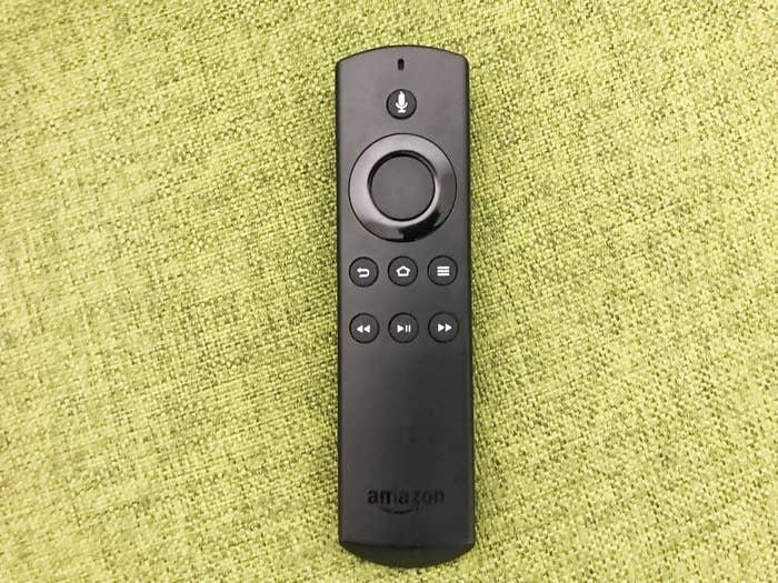 Amazonが販売している「Fire TV Stick (New モデル )」というリモコンなのですが、これが本当にやばい。※記事で紹介した商品を購入すると、売上の一部がBuzzFeedに還元されることがあります。
