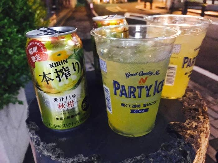 チューハイというと女性ファンが多く、比較的甘いお酒を連想するが、この本搾りは果実の味が濃い。レモンの酸味、オレンジの苦味。甘さ以外の要素を強く感じるため、甘いお酒が苦手な男性でも抵抗なくガンガン飲めるのではないだろうか。