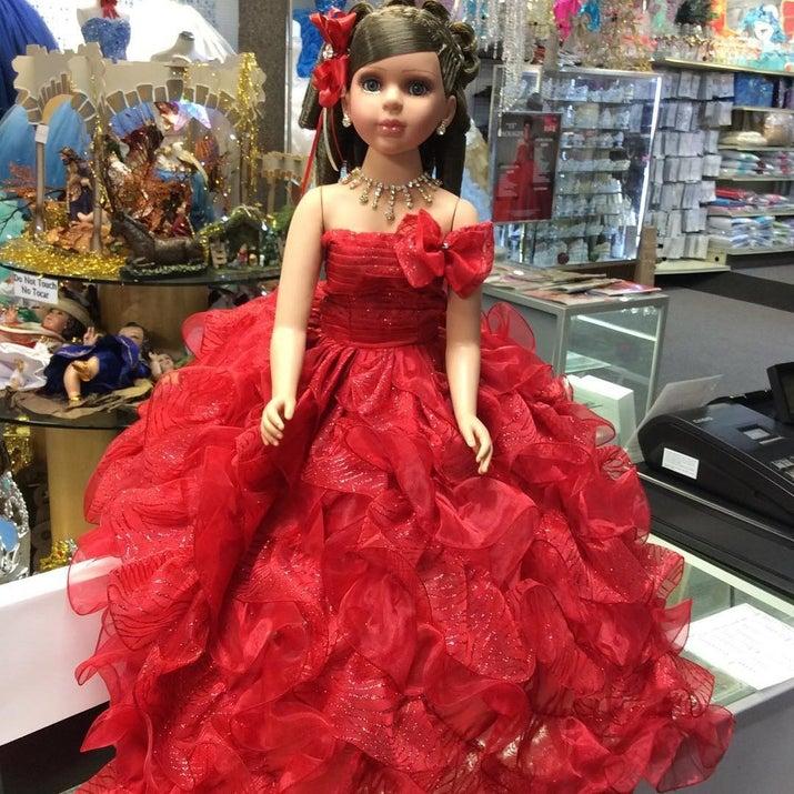 """Las fiestas de quince años, en sí, están cargadas de cosas que no entendemos. Pero una de las más raras es que alguien le regale a la cumpleañera, su """"última muñeca"""" que tiene un vestido igualito y se parece a ella. WTF."""