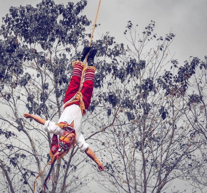 Los voladores de Papantla se suben a un palo de veinte metros y descienden de cabeza, amarrados de los pies, mientras uno de ellos toca una melodía desde arriba. Suena del terror, pero es un espectáculo muy entretenido.