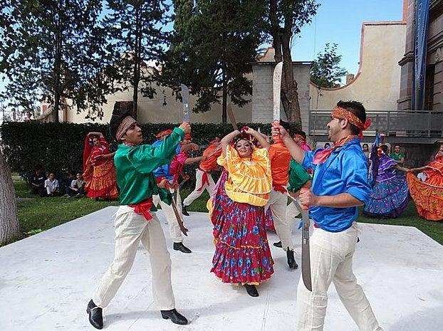 En varias regiones del país, se hacen bailes en los que los hombres llevan machetes y hacen malabares con ellos para presumir su habilidades. Aunque algunos llevan imitaciones de cartón, hay otros que llevan unos reales y a veces lo hacen con los ojos tapados. ¿Poooooor?