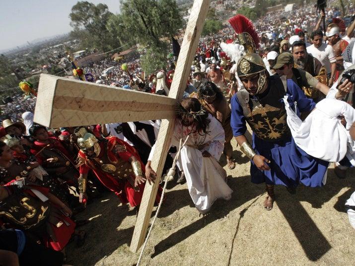 La pasión de Cristo en Iztapalapa es un GRAN evento para el que eligen a un hombre que tiene que actuar su vida y muerte. Sip, tiene que cargar una pesadísima cruz, mientras es azotado por los romanos. Es como una pastorela que se salió de control.