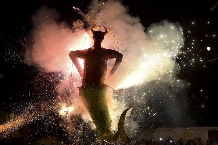 En Semana Santa, muñecos hechos de papel y rellenos de explosivos son quemados en medio de una fiesta (?). Actualmente, ya no sólo se quema a Judas, también a políticos mexicanos, empresarios, actores y otros que se merezcan el desprecio de la gente. Muy fuerte. O__O