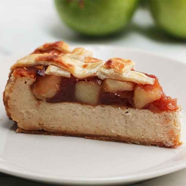 8 porçõesVocê vai precisar de:Cheesecake2 bases de torta (crostas)680g (24 oz) de cream cheese2g (1 xícara) de açúcar230g (1 xícara) de creme azedo1/2 colher de chá de extrato de baunilha1/2 colher de chá de canela em pó1/2 colher de chá de noz-moscada em pó3 ovosRecheio de Torta de Maça3 maçãs médias, descascadas, descaroçadas e cortadas em cubos235 mL (1 xícara) água65 g (1/3 xícara) açúcar1 colher de chá de canela em pó1/2 colher de chá de noz-moscada em pó2 colheres de sopa de amido de milhoModo de preparo:1. Preaqueça o forno a 150ºšC.2. Forre uma assadeira redonda com papel manteiga e a preencha com uma base de torta (crosta), pressionando a massa contra os lados da assadeira até ficar bem uniforme.3. Em uma tigela média, bata o cream cheese, o açúcar, a baunilha, a canela e a noz-moscada até ficar uma mistura homogênea.4. Adicione o creme azedo e misture. Adicione um ovo por vez, mexendo até ficar homogêneo.5. Coloque a mistura na assadeira e deixe assando por 1 hora e 15 minutos.6. Após assar, desligue o forno e deixe o cheesecake esfriando lá dentro por 1 hora, mantenha a porta do forno fechada.7. Aumente a temperatura do forno para 220ºšC.8. Em uma panela, coloque as maçãs, o açúcar, a canela, a noz-moscada, o amido de milho e a água em fogo médio/baixo. Mexa ocasionalmente até que as maçãs fiquem moles (aproximadamente 10 minutos), depois retire do fogo. Deixe esfriar.9. Assim que esfriar, espalhe o recheio de torta de maçã pelo cheesecake.10. Corte a outra base de torta (crosta) em tiras de 1/2 cm e faça um padrão de treliça na parte superior.11. Pincele com ovo batido.12. Asse por 25 minutos, até dourar.13. Deixe um pouco na geladeira e sirva.14. Bom apetite!Inspirado em:https://www.homemadefoodjunkie.com/apple-pie-cheesecake/