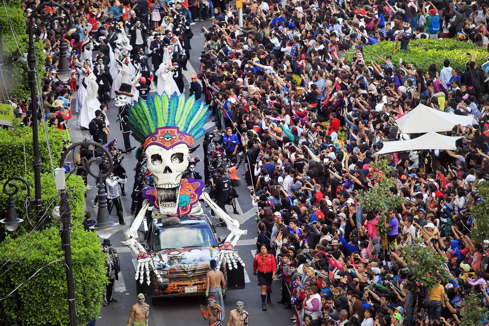 breathtaking pictures of dia de los muertos the dia de los muertos parade in downtown city on oct 29 2016