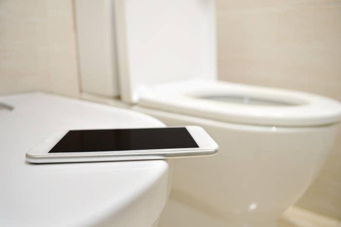 トイレにiPhone持っていかないって?いやいやあるでしょ〜。なんか無駄に並ばないといけないときとか手持ち無沙汰じゃないですか。
