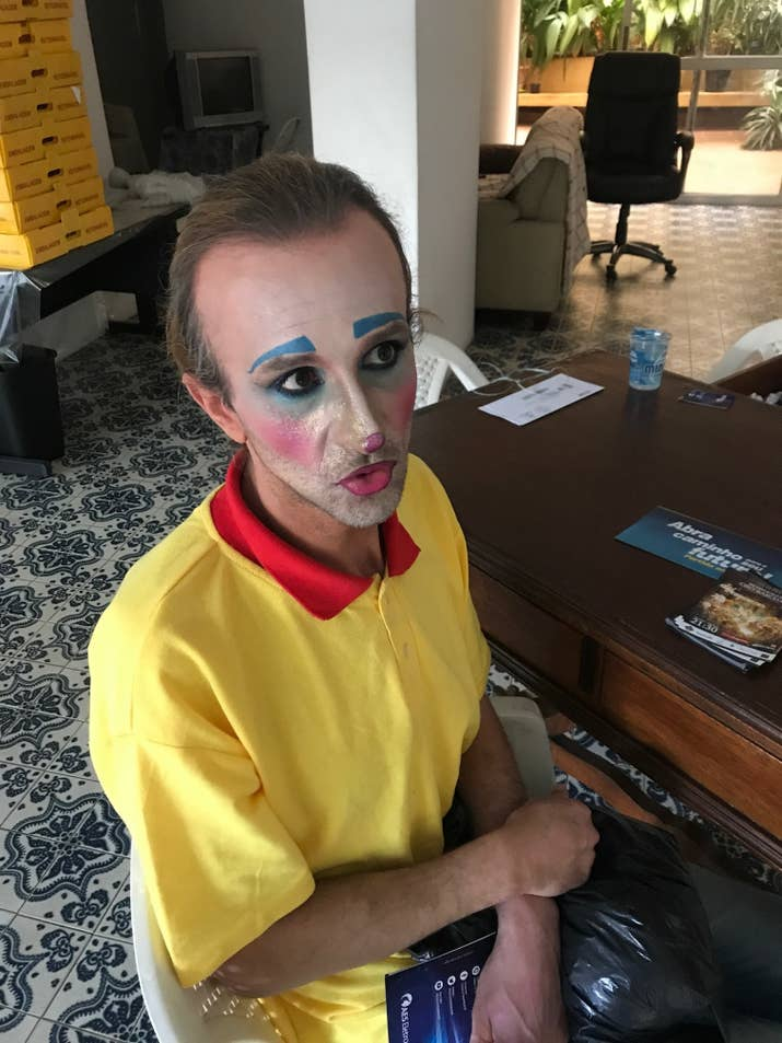 Carlos, o melhor amigo que por 20 anos trabalhou com Ricardo na rua, e é o único do grupo (que juntava até 25 pessoas) a continuar pedindo dinheiro maquiado.
