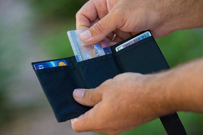 カードを12枚も収納できる三つ折り財布LIGHT FOLDは、クレジットカードなどが多めの人におすすめです。畳んでゴムバンドでとめればカードが抜ける心配もありません。