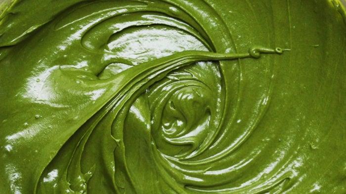 直径7cmのココット 3個分 材料:ホワイトチョコレート(刻む) 50g無塩バター(角切り、室温に戻す) 40g砂糖 30g抹茶 20g卵 2個粉砂糖 適量作り方1.ココットの内側にバターを塗っておく。2. ボウルに刻んだホワイトチョコレートとバターを入れて湯煎(45℃)にかけ、ゴムベラで混ぜながら溶かしてなめらかな状態にする。3. (2)を湯煎から外して砂糖と抹茶を加え、泡立て器でよく混ぜる。4. 卵を1つずつ割り入れて、都度よく混ぜる。5. (4)を容器に流し入れ、180℃のトースターで9分焼く。6. 型から外して皿にのせ、粉砂糖を振りかけたら、完成!