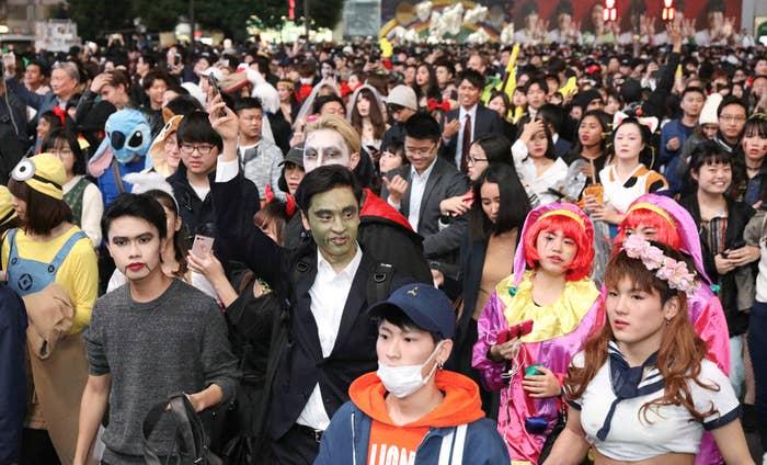 「ナースの仮装をしている人の中にリアルナースはいるのかな?」とか、前から気にはなっていた。ただ、カオスと化している渋谷ハロウィンの取材は大変なので、絶対口にはしなかった……。ぼく「そうですね! 普段何してるか気になります!」そして迎えた10月31日のハロウィン当日。