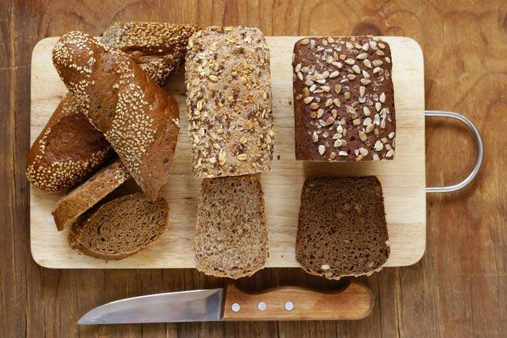 Ojo, no todo el pan que es marroncito o que se vende como integral es el más saludable: debes asegurarte que sea whole grain, bajo en azúcar y sodio y sin, o con un mínimo de, harina.