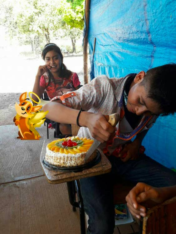 La maestra compartió las fotografías de su alumno cortando por primera vez un pastel.