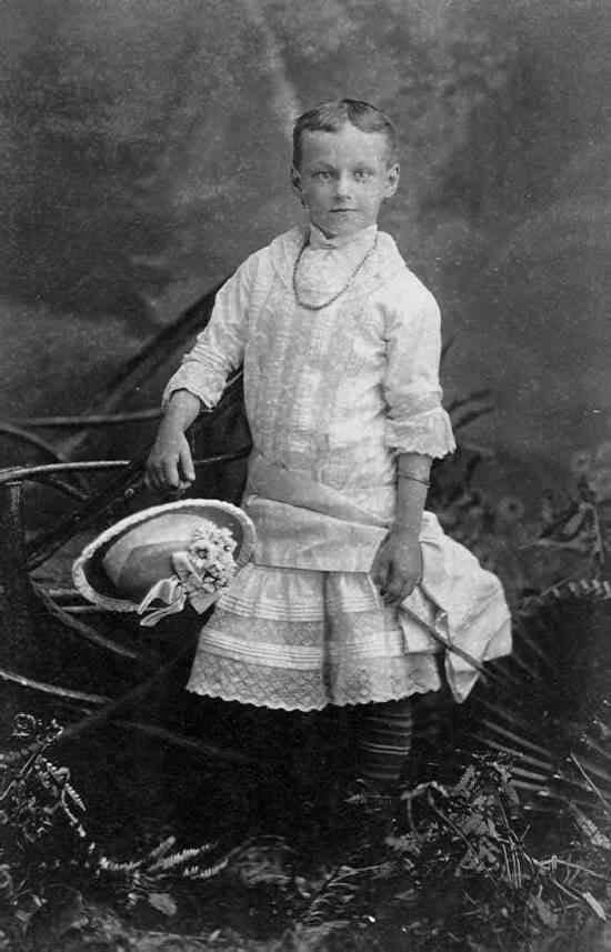Las familias adineradas solían vestir a sus hijos pequeños principalmente con vestidos blancos y con volantes (mientras más adinerada era la familia, más encajes y volantes tenía el vestido) independientemente de su género y tanto niños como niñas utilizaban también el mismo tipo de sombreros. Suena como una idea sensata.