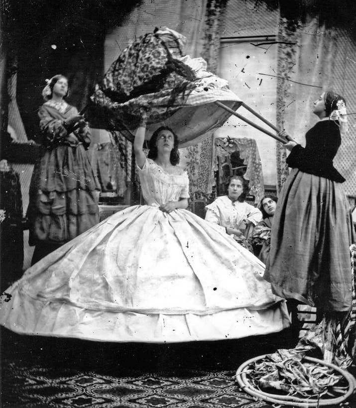 """El """"periodo de las crinolinas"""" duró de 1850 a 1870 e incluyó la colocación de varias capas (cada vez más adornadas) de faldas sobre un largo aro de madera para crear conjuntos realmente enormes. Además de obstruir las puertas, las mujeres vestidas con crinolinas frecuentemente se prendían fuego al rozar velas, así que la tendencia no duró tanto."""
