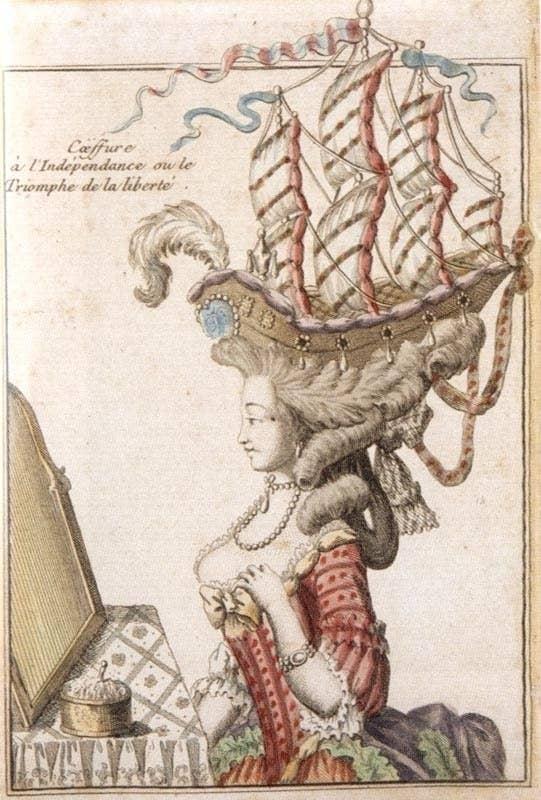 """En 1778, la armada francesa (que en ese momento se alió con los Estados Unidos en ciernes contra Gran Bretaña) dañó gravemente a un barco británico. En un arrebato de intenso orgullo nacional, las mujeres parisinas inventaron el """"peinado a la Belle Poule"""", una combinación de cabello esculpido elaboradamente, listones y otras decoraciones diseñadas para parecerse a un barco alto a toda vela. Et pourquoi pas?"""