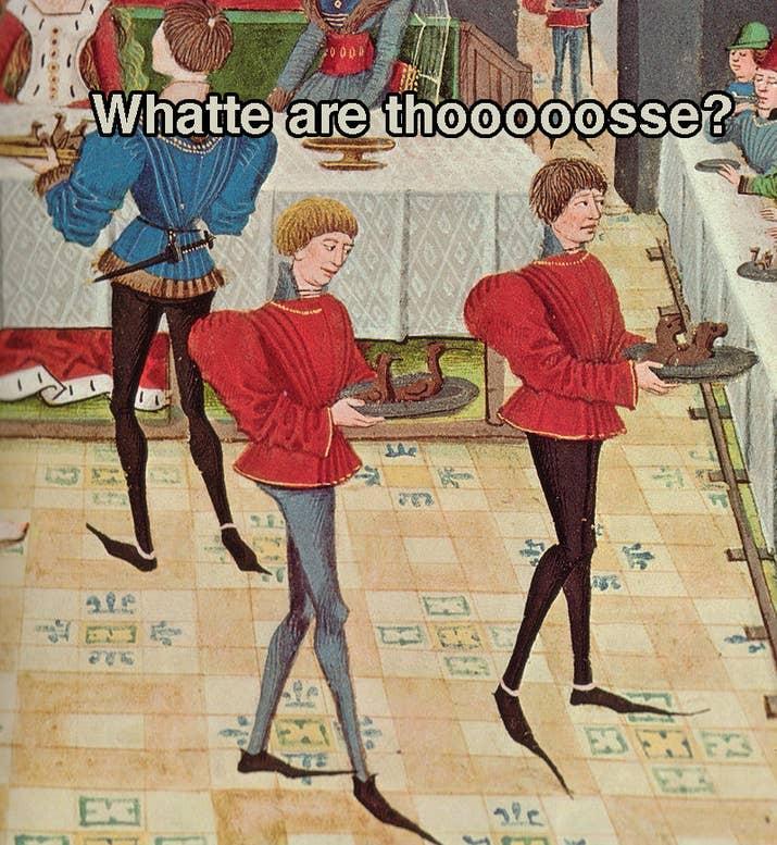 """A partir de la década de 1330 en adelante, los hombres consideraban los zapatos alargados en los dedos como lo mejor de la moda y para finales del siglo XIV, la parte de los dedos era tan larga que tenían que reforzarla con hueso de ballena. Los hombres vestían túnicas muy cortas tipo corsé que también exhibían los """"bienes"""" de los que los usaban. demasiado largo, no lo leí; Inglaterra pronto se convirtió en un país lleno de David Bowies en la época de Laberinto con zapatos de payaso."""
