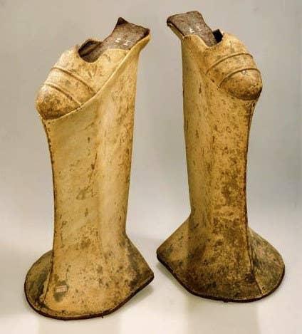 """Estos zapatos de plataforma extremadamente altos tuvieron un gran furor en Venecia en los siglos XVI y XVII, ya que le ayudaban a las mujeres a caminar a través de las calles lodosas sin que se ensuciaran sus vestidos. Ser alto también se veía como una característica atractiva. Los zapatos eran llamados """"chopines"""" y eventualmente llegaron a ser tan altos y era tan difícil caminar con ellos que los que los usaban necesitaban un sirviente para ayudarles a equilibrarse."""