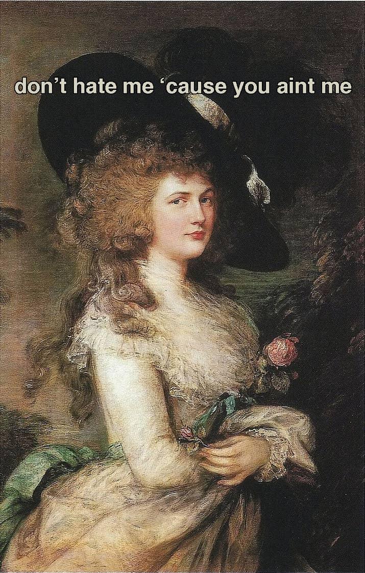 """La tendencia comenzó con Georgiana Cavendish, la duquesa de Devonshire (en la imagen), a finales de la década de 1700. Llamado sombrero """"Gainsborough"""" (ya que ella estaba posando sentada para el artista de retratos Thomas Gainsborough la primera vez que lo usó), el enorme sombrero estaba sujeto a la parte de arriba de su peluca de bucles rizados, estaba hecho de fieltro o piel de castor y tenía plumas de avestruz en la coronilla que lo hacia parecer aún más alto. A las damas de sociedad les encantó y acudieron en grandes grupos a ordenar sus propios sombreros enormes."""