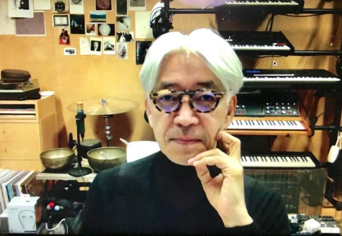 Skypeでの取材に応じる坂本龍一さん