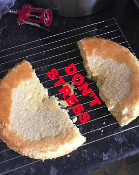 Para un pastel ligeramente horneado, dice Sung, recorté la cubierta del pastel, saqué la parte pegajosa de la horneada y rellené el agujero con partes sobrantes horneadas. De todas formas, la mayoría de los pasteles necesitan recortarse por la parte de arriba, así que casi siempre tendrás pastel de sobra para arreglar tus errores.