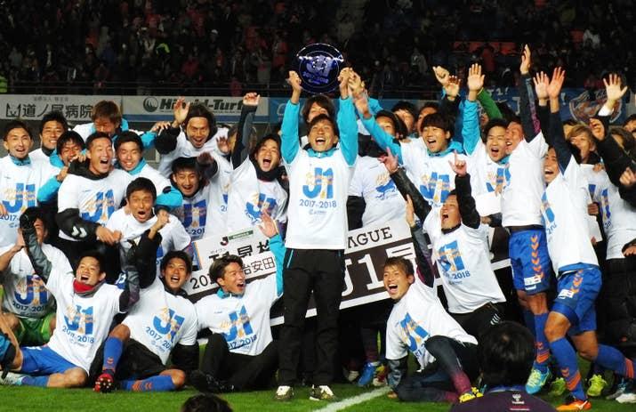 初のJ1昇格を決め、喜ぶ主将の村上佑介(中央)らV・ファーレン長崎の選手