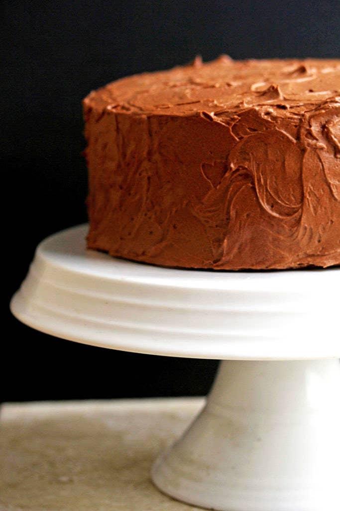 Solía pensar que necesitaba un pastel muy recargado, pero volví a lo básico y todo lo que quiero es hacer buenos pasteles tradicionales, dice Delk Adams. Para la mayoría de los pasteles, una espiral sencilla de glaseado es todo lo que se necesita para hacerlos imponentes. Consigue la receta de su pastel sencillo amarillo aquí.