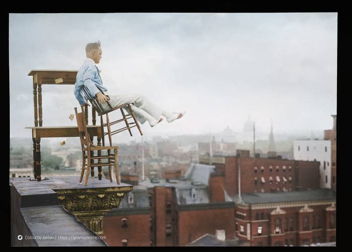 John Reynolds, hier beim Balancieren auf dem Vorsprung des Gebäudes von Lansburgh-Möbel in Washington DC, war ein berühmter Akrobat. Bei seinen Nummern kletterte er wie Spider Man an der Außenseite des Gebäudes hinauf, bevor er seinen Balanceakt begann. Seine erschreckenden Mätzchen zogen oft Mengen von etwa über Tausend Menschen an, die offensichtlich hofften, dass er herunterfallen würde.