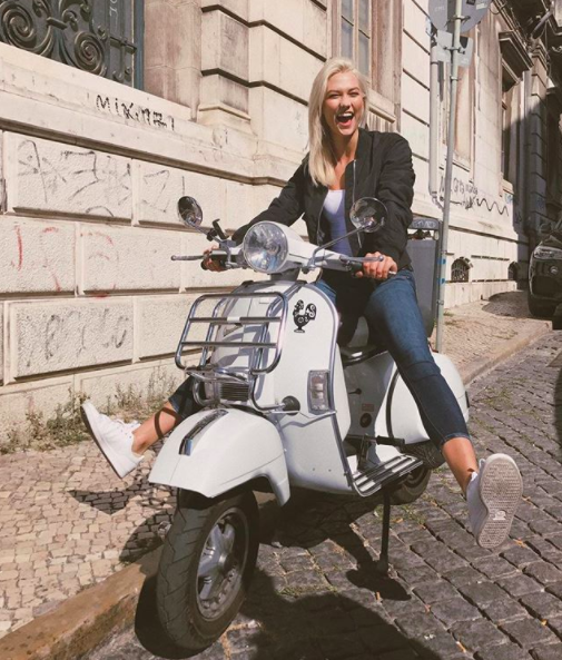Karlie Kloss proves you're never too traveled to act like a tourist.