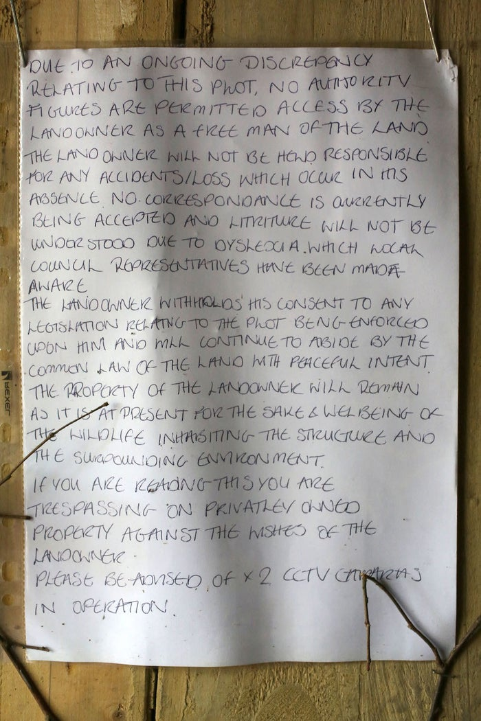 """A note left outside Dean Mitchell's """"Hobbit house"""" in Sussex"""