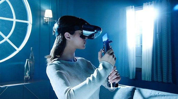 スマホをヘッドセットに接続し、コントローラーの代わりにライトセーバーを持ってプレイする「スター・ウォーズ」のゲームです。