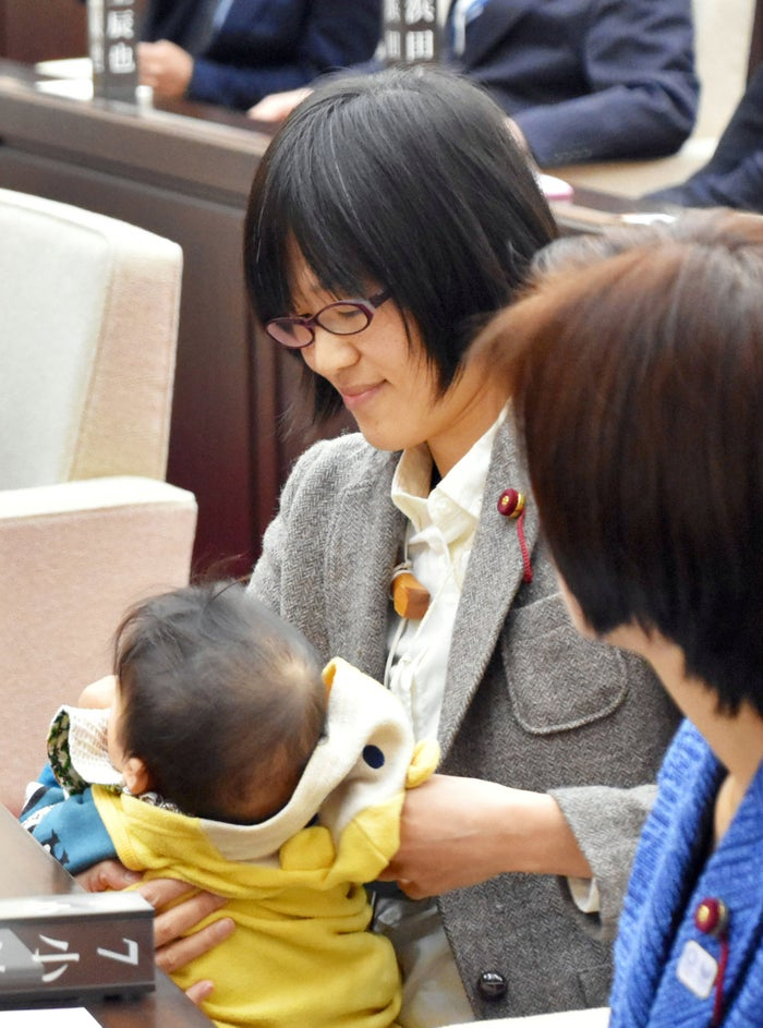 Before the session started, Ogata was told to leave the floor. After 40 minutes of waiting, Ogata relented and decided to exit the meeting and leave her son in the care of a friend. She later returned and the meeting began. The assembly's regulations state that anyone who is not a staff member will not be allowed to enter the assembly floor during a meeting.