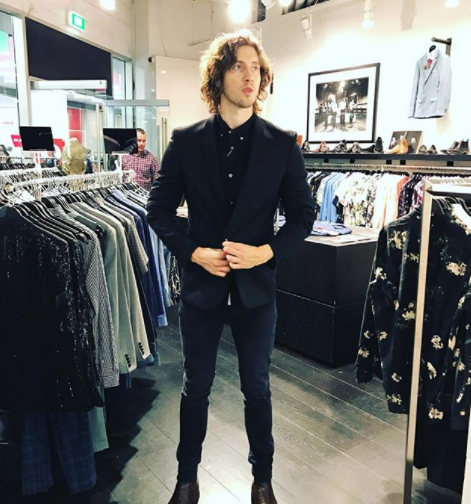 And Dean Lewis made sure his suit fit just right before making his way to the show: