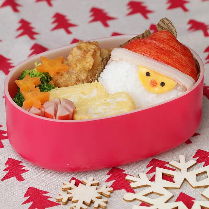 12月といえばクリスマス!子どもたちはサンタさんが来るのを今か今かと待ちわびていることでしょう♪クリスマスシーズンに作ってあげたい、サンタさんフェイスがキュートなおにぎりをご紹介!特別な道具は必要なく、子どもと一緒に楽しんで作れるレシピです。お弁当やクリスマスパーティーに、ぜひ作ってみてくださいね!
