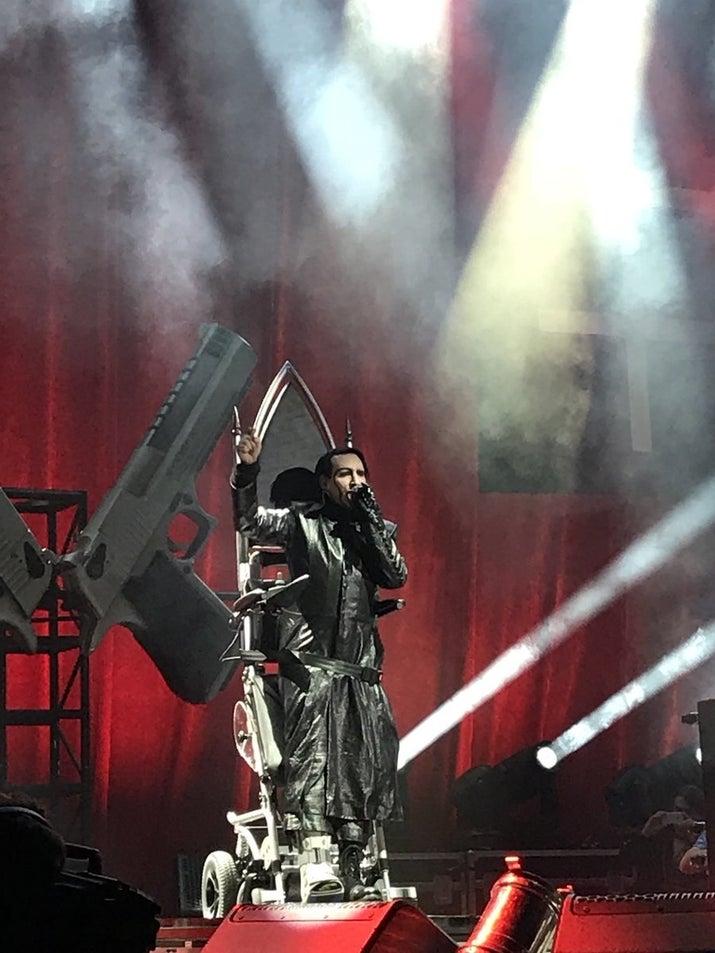El primero de octubre, cuando se encontraba dando un concierto en Nueva York, dos grandes pistolas que estaban como utilería en el escenario (y que lo volvieron a acompañar en esta presentación), le cayeron encima fracturándole el tobillo y obligándolo a detener el show para ser llevado de emergencia al hospital.