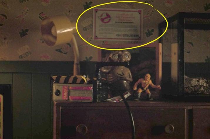 """Além disso, olha só o boneco de """"E.T."""", logo abaixo do certificado."""