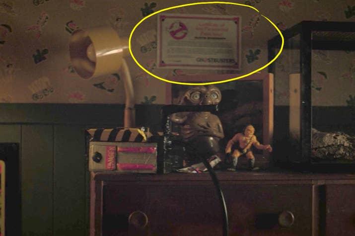 Además, LOL al muñeco de E.T. justo abajo. VEO LO QUE ESTÁN HACIENDO, HERMANOS DUFFER.