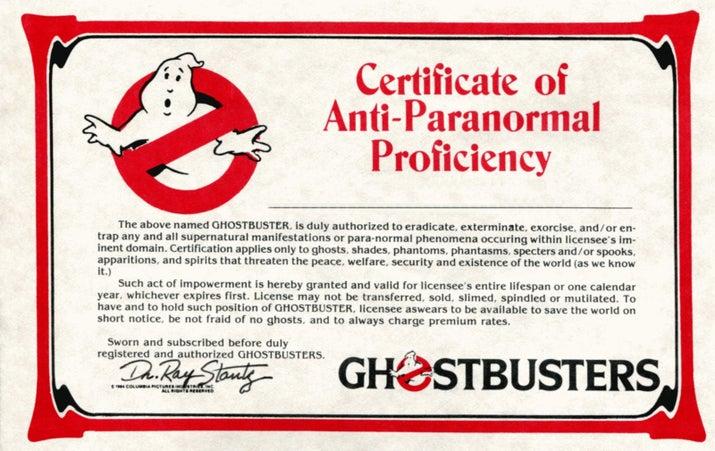 """Os membros do fã-clube também recebiam uma carteirinha de membro personalizada, um distintivo de metal de """"Caça-Fantasmas"""", adesivos, um bordado com o logo e uma assinatura de uma revista trimestral."""