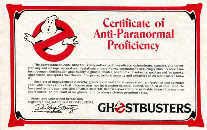 Los miembros del club de fans también obtenían una tarjeta de membresía, una insignia de metal oficial de los Ghostbusters, etiquetas, un parche del logo y una suscripción a una revista trimestral.