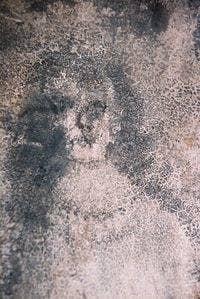 """""""Las Caras de Bélmez son un presunto fenómeno paranormal ocurrido en una casa particular de España. Comenzó en 1971, cuando los residentes alegaron que habían aparecido unas caras en el suelo de hormigón de la casa"""". ?"""
