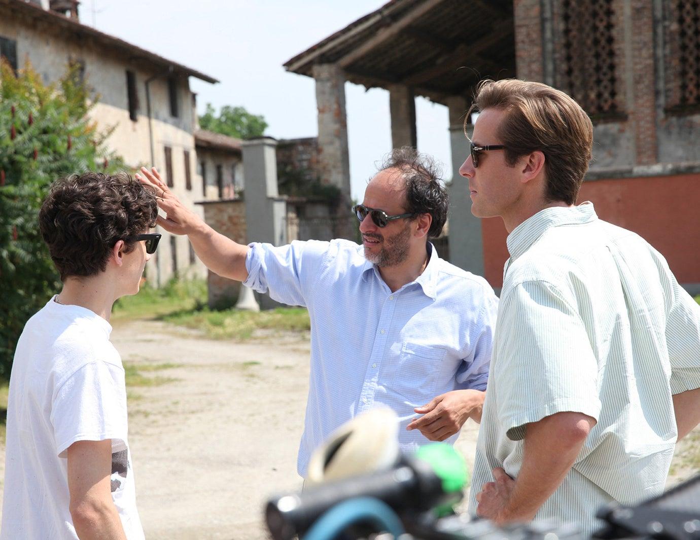 """Diretor Luca Guadagnino no set de """"Me Chame Pelo Seu Nome"""" com Timothée Chalamet e Armie Hammer."""