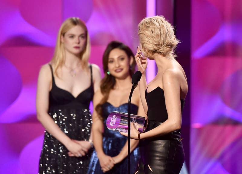 獲頒「年度女性獎」她失控淚崩,賽琳娜:她救了我一命,她才應該拿這個獎!(影片)