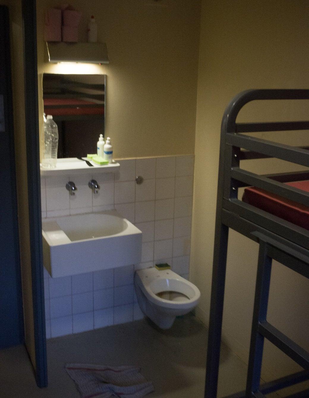 L'une des cellules. Le paravent censé séparer les sanitaires du reste de la pièce est manquant.