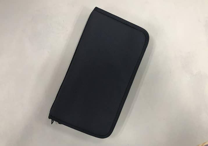 それがこれ、無印良品のポリエステルパスポートケース(クリアポケット付)です