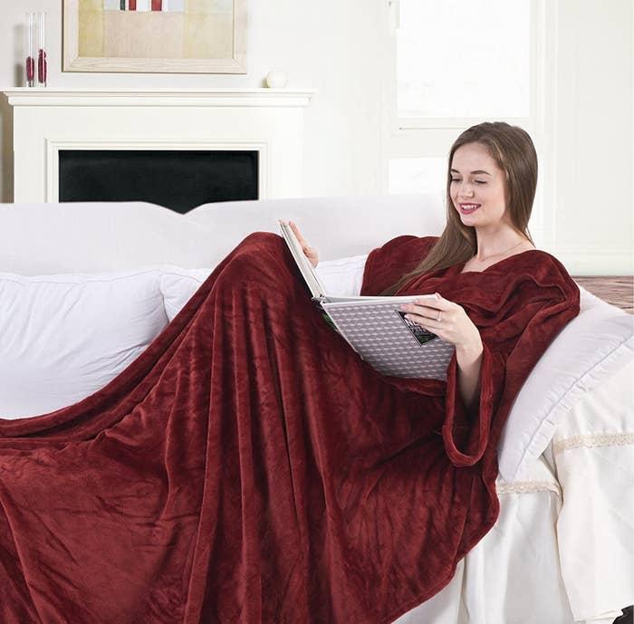 """Beste Rezension: """"Ich habe die Decke meiner besten Freundin geschenkt und damit voll ins Schwarze getroffen, weil sie eigentlich immer friert. Die Decke ist superflauschig und die ganzen Taschen sind echt praktisch. Vor allem zum Computern sind die Ärmel wie gemacht."""" –"""