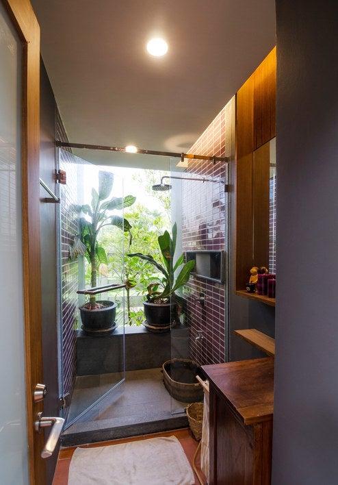 Desde velas, hasta objetos de decoración y tapetes y toalla bonitas. No tienes que tirar la casa por la ventana.