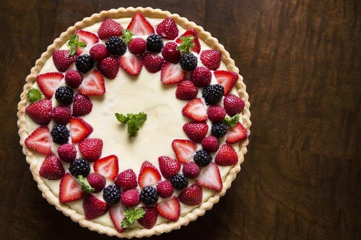 """Si se ensucia la parte superior de tu pastel y no tienes crema de mantequilla"""", dice Sung, """"cúbrela con un agradable patrón diseñado por frutas frescas del bosque o caramelos"""". Nadie verá el desastre de debajo y dará un acabado elegante a tu pastel."""