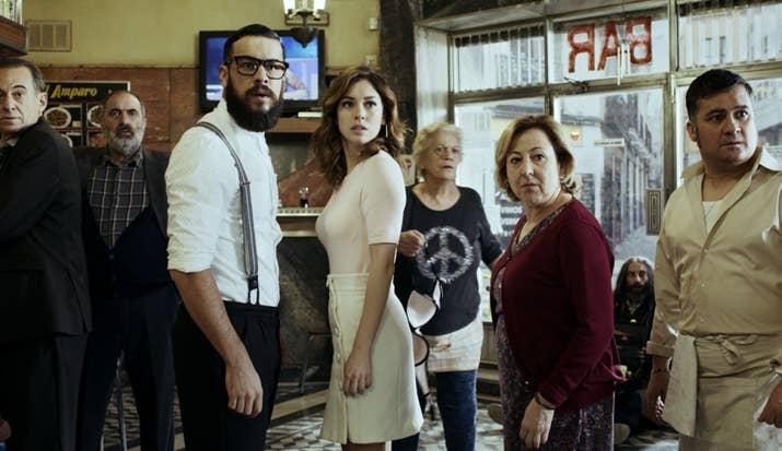 ¿Qué pasa cuando ocho personas están encerradas en un bar madrileño ante la amenaza de un presunto francotirador a las afueras del lugar? Pues tendrás que averiguarlo en esta comedia negra, llena de misterios y drama con sabor español.Rotten Tomatoes: Puntuación no disponible.