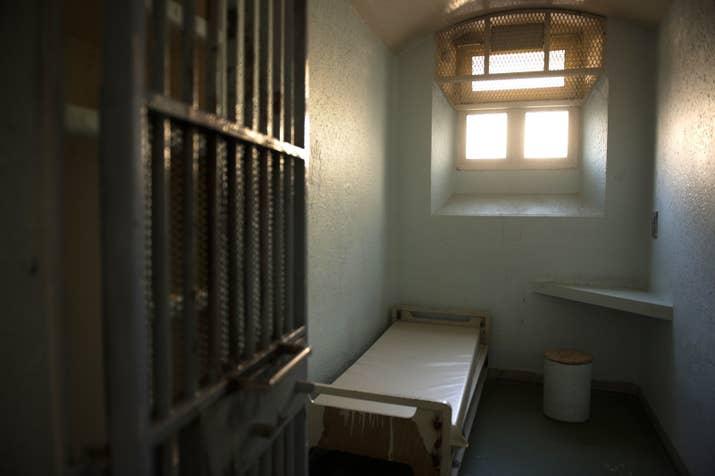 L'intérieur d'une cellule de la prison de la Santé, le 25 juillet 2014, avant les travaux de rénovation.