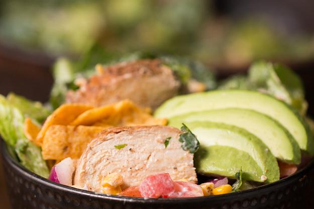 Dieser gegrillte Regenbogen-Hähnchensalat ist nicht nur gesund, sondern auch wahnsinnig lecker